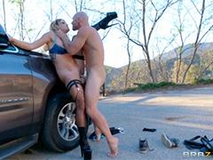 Полуголая девица на дороге жаждет приключений с сильным мужиком
