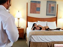 Заходит в спальню и видит голую хозяйку квартиры