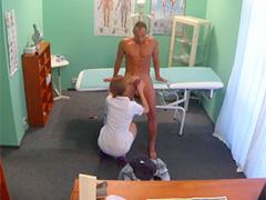 Медсестра запрыгнула на член пациента