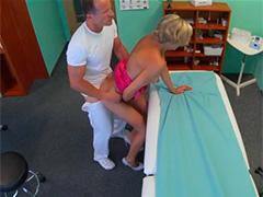 Добрый доктор лечит настойчивую пациентку после работы
