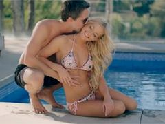 Милашка подарила парню нежный секс у бассейна в солнечный день