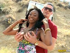 Красавчик оставил горячую сперму на аппетитной заднице африканки
