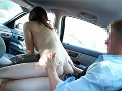 Девица ползает в машине откровенно соблазняя водилу