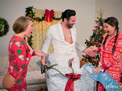 Веселые девки в пижамах радуются новогодним подаркам для анального разврата