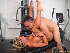 Гламурная блондинка размялась на тренажерах перед горячим сексом