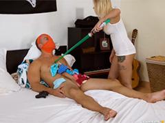 Блондинка нашла все свои трусы в комнате брата дрочера
