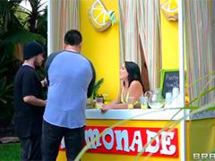 Она весело продает лимонад с членом в заднице