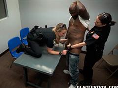 Полицейские дамочки жадно забрались на черный ствол