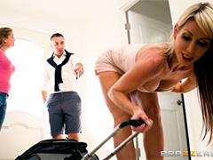 Нахальная гостья соблазняет хозяина прямо с порога