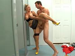 Она спалила мужика с порно журналом и членом в руке