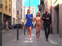 Возбуждающая прогулка по городу обнаженной брюнетки