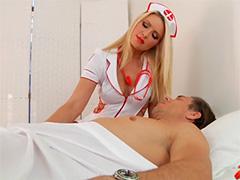 Шаловливая медсестра заигрывает с пациентом