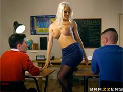 Заперев дверь она преподает болванчикам горячий сексуальный урок