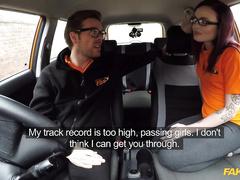 Авто инструктор трахает студентку в машине