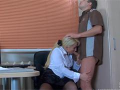 Секретарша нагло залезла в штаны к коллеге