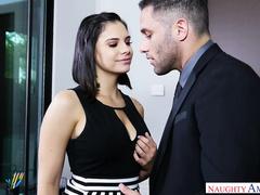 Занялась сексом в офисе с начальником