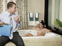 Страховой агент отымел клиентку милфу в ванной