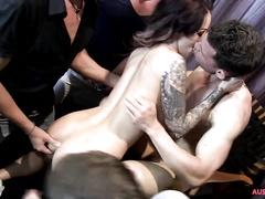 Татуированная девица развлекает парней на мальчишнике