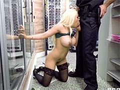 Полицейский поймал извращенку в магазине