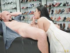 После ругани с мужем отдалась продавцу обуви