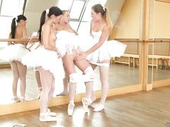 Балерины развлекаются во время перерыва