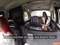 Красноволосая водительша оттягивается с пассажиркой