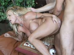 Грудастая блондинка тащится от жаркого порева