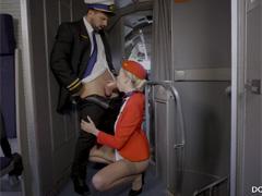 Пилот поближе знакомится с новой стюардессой