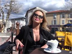 Гламурная француженка громко кричит от удовольствия