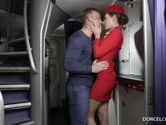 Пассажир зажал стюардессу в проходе самолета